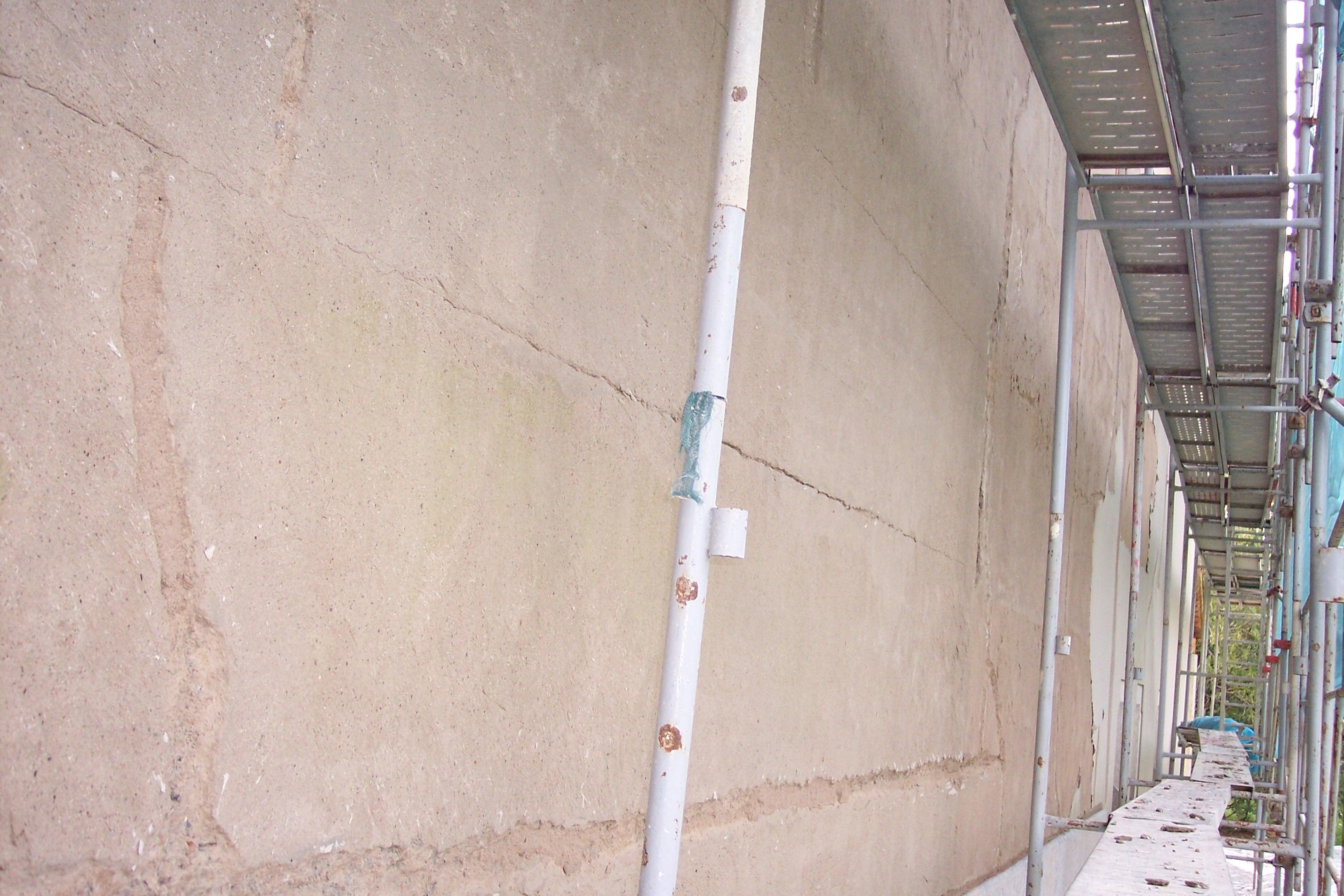 restauracion de fachada con grietas profundas