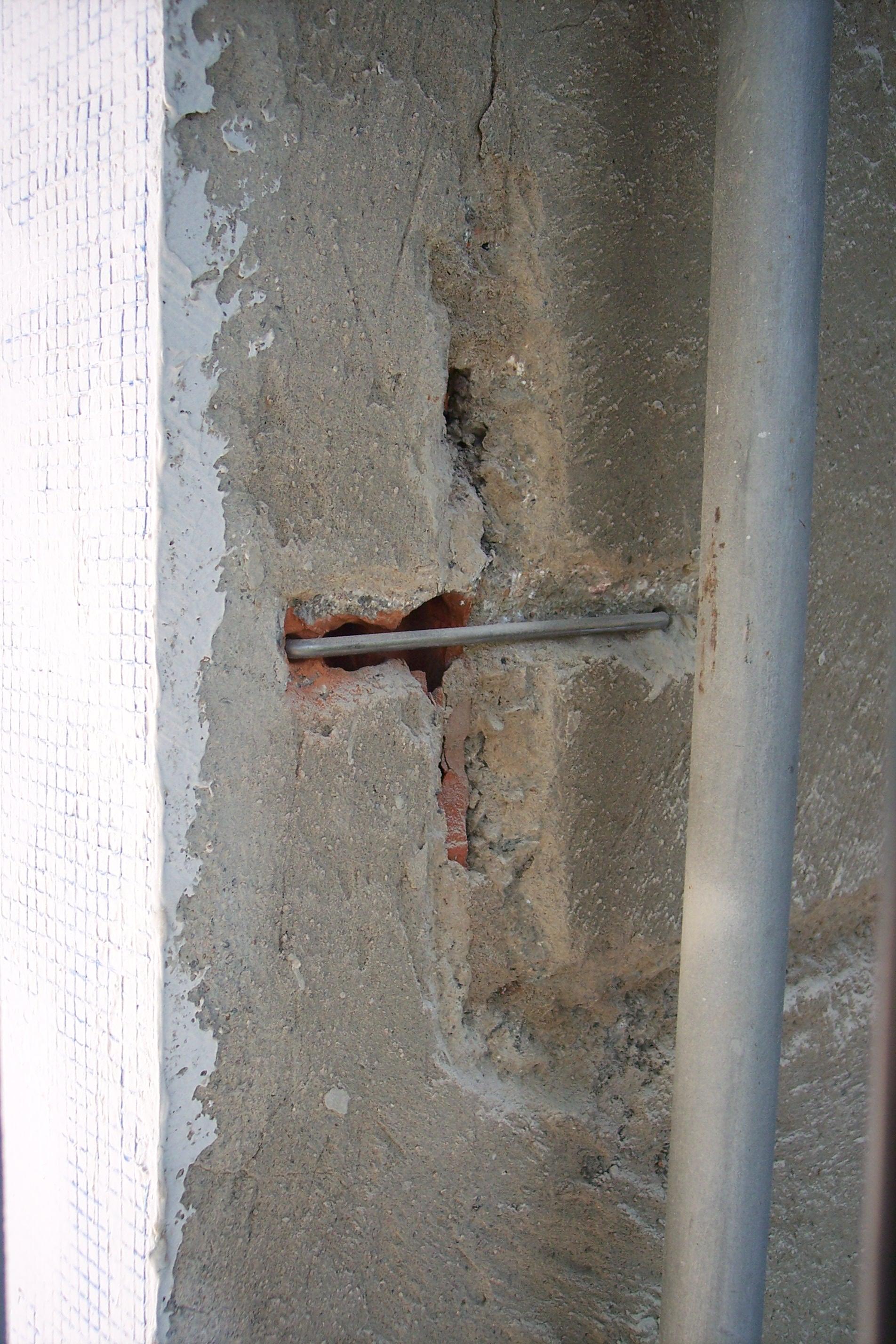 colocacion grapa metalica para reparar grietas en fachada