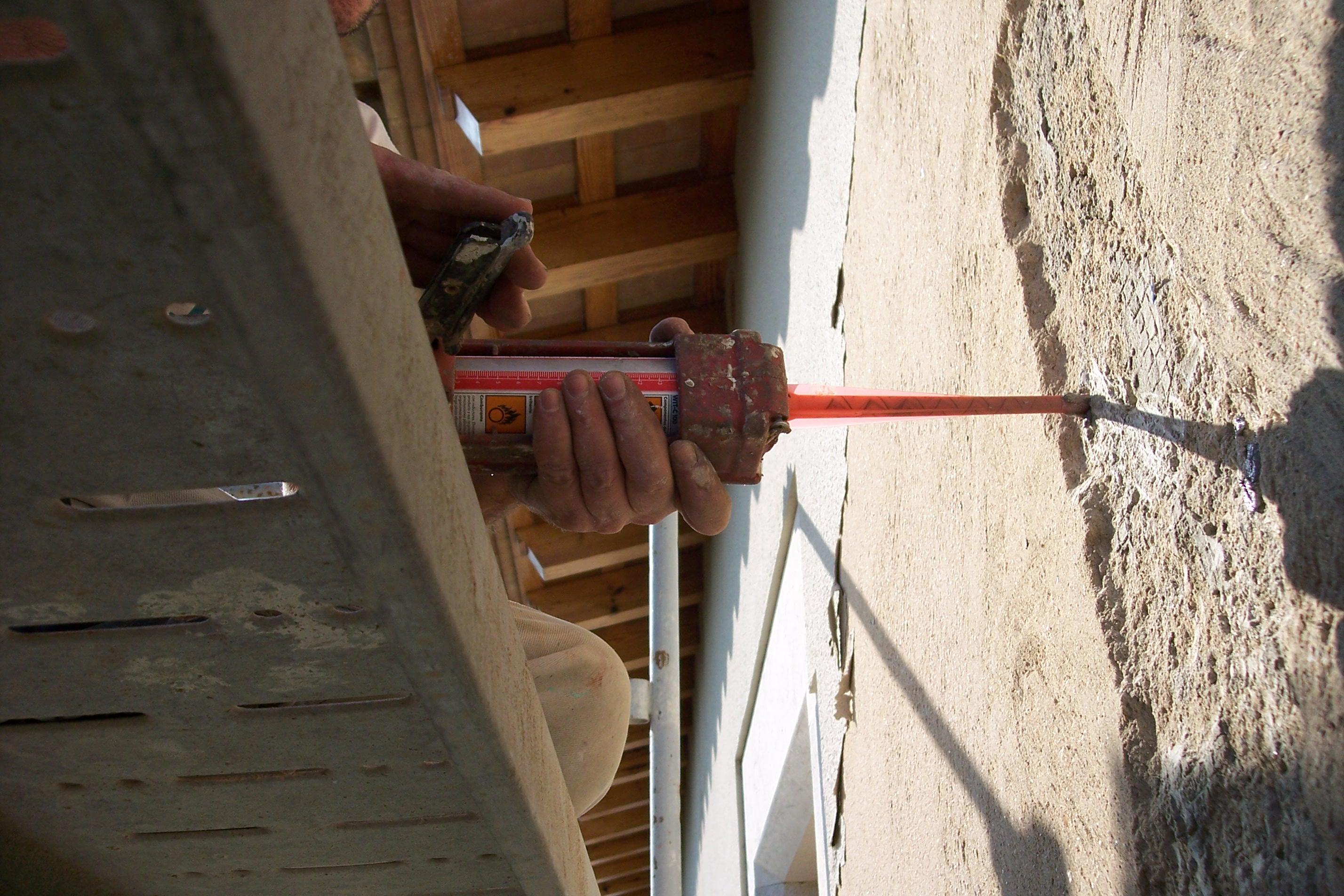 masilla bicomponente  para posterior colocacion de grapas metalicas para fachadas