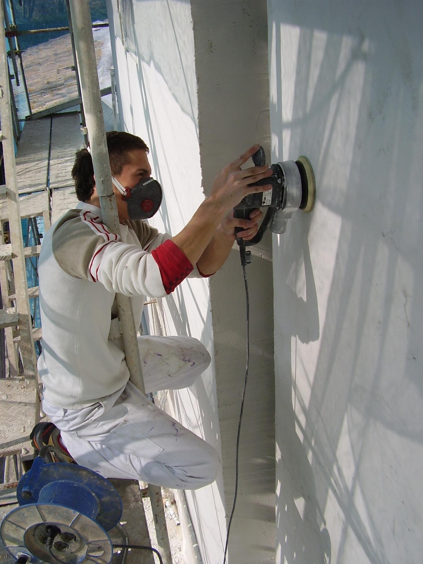 Pulido de masillas y pequeños desperfectos antes de pintar tu fachada de Girona