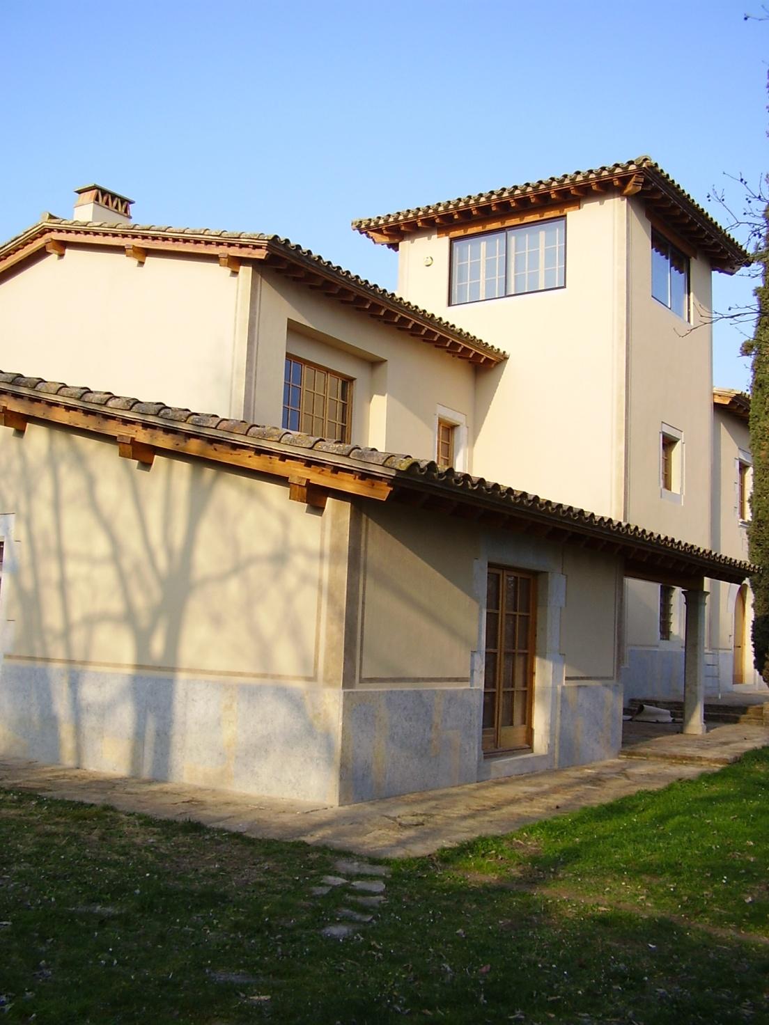 fachada masia rehbilitada en Girona